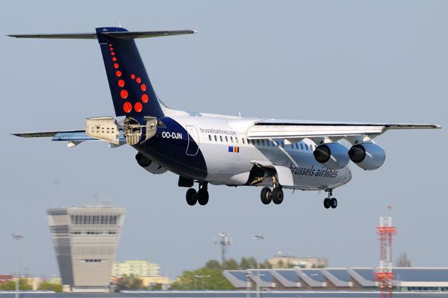 """BAE Systems Avro 146-RJ85 OO-DJN Brussels Airlines (3469918624)"" by Kuba Bożanowski from Warsaw, Poland - BAE Systems Avro 146-RJ85 OO-DJN Brussels AirlinesUploaded by russavia. Licensed under CC BY 2.0 via Wikimedia Commons."