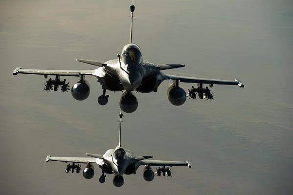 Les Rafale de l'Armée de l'Air Française en opérations extérieures (Opération Serval) - Vue en vol au dessus du Mali. Equipés de la nacelle Damoclès et de GBU-12. A. Jeuland © Armée de l'air