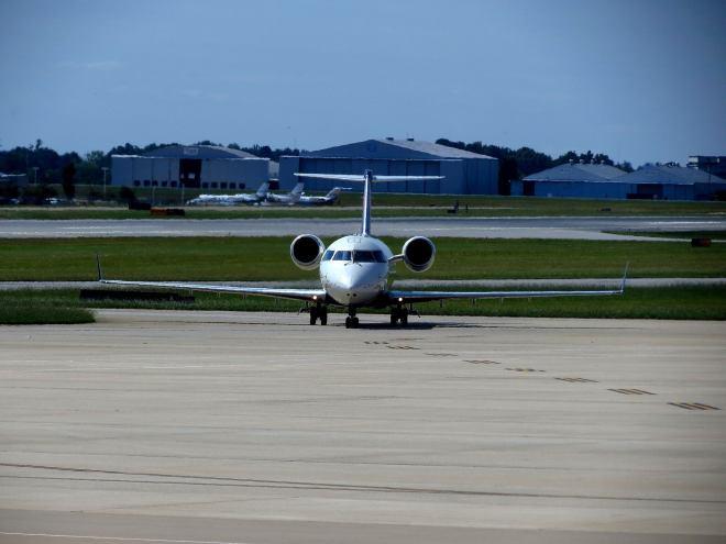Pinnacle Airlines Bombardier CRJ-200 par redlegsfan21 sous (CC BY-SA 2.0) - https://www.flickr.com/photos/redlegsfan21/8025010411/