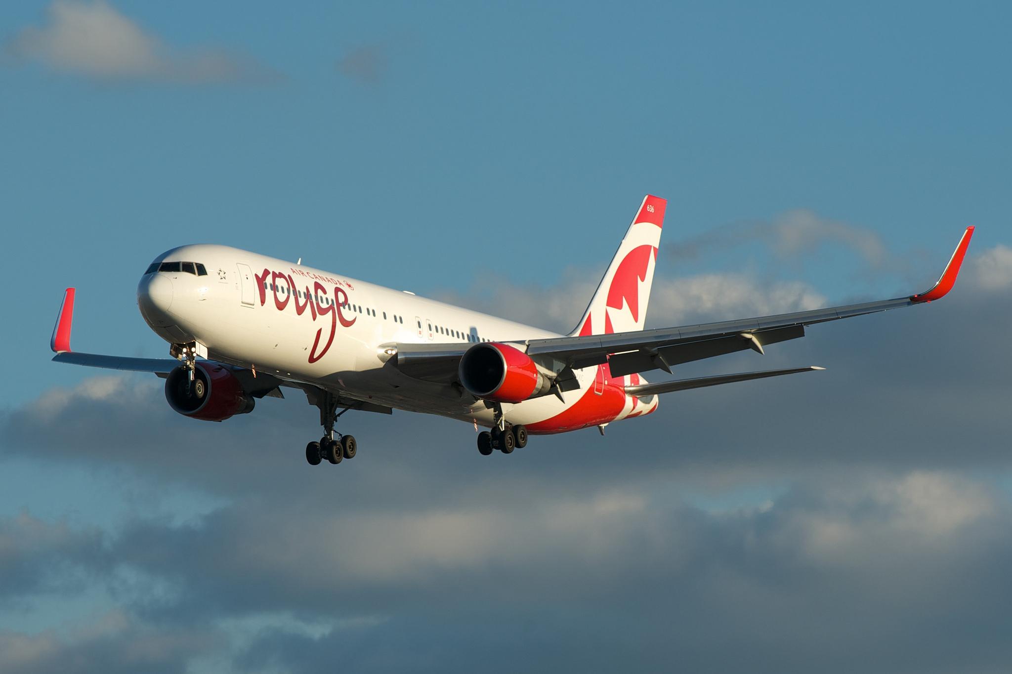 787-8 C-GHPQ (2) et Air Canada rouge Boeing 767-300 C-FMXC par BriYYZ sous (CC BY-SA 2.0)