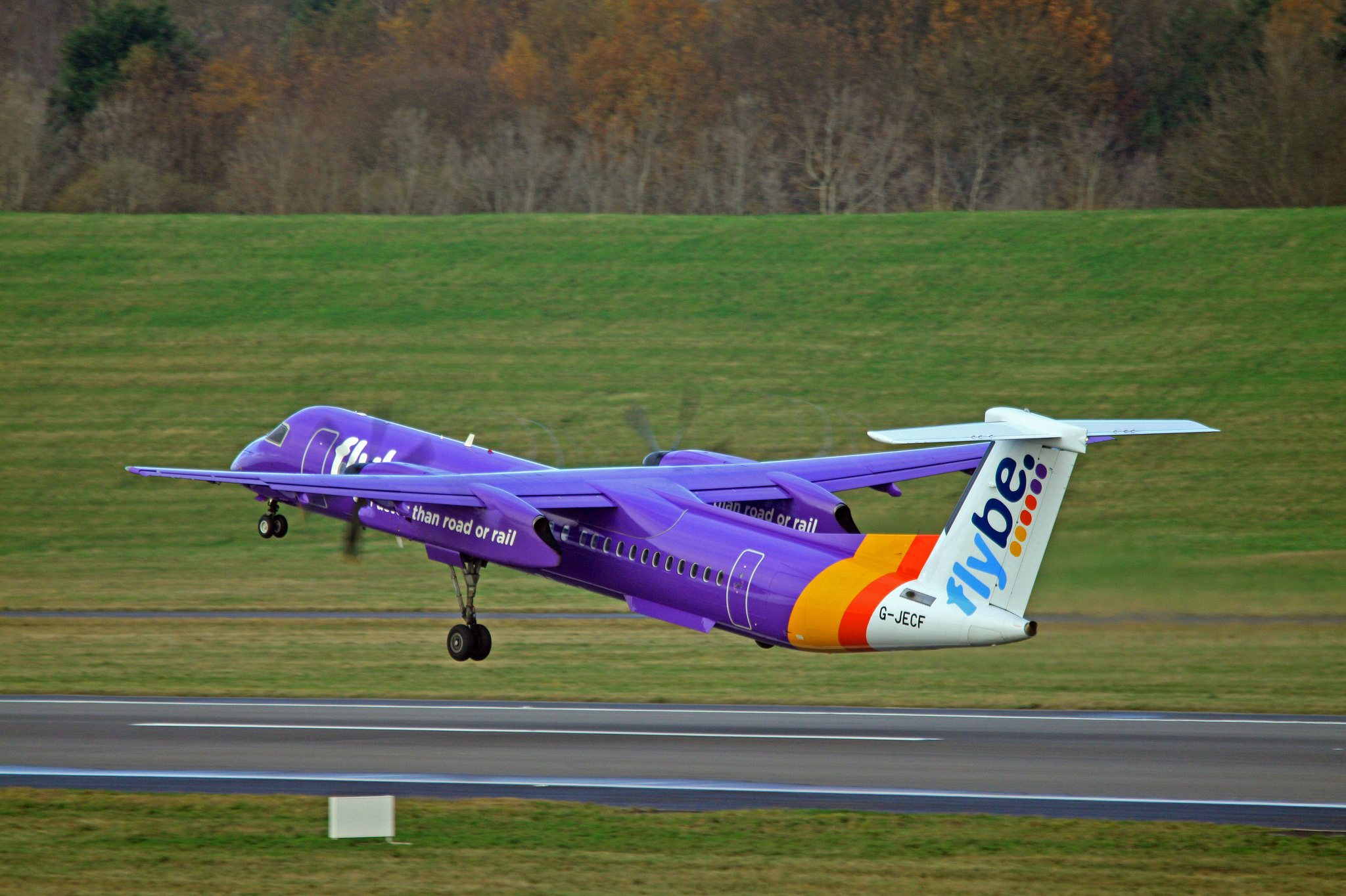 Flybe.com Airlines G-JECF DHC-8 par Paul Lucas sous (CC BY 2.0) https://www.flickr.com/photos/8269539@N04/15914793532/
