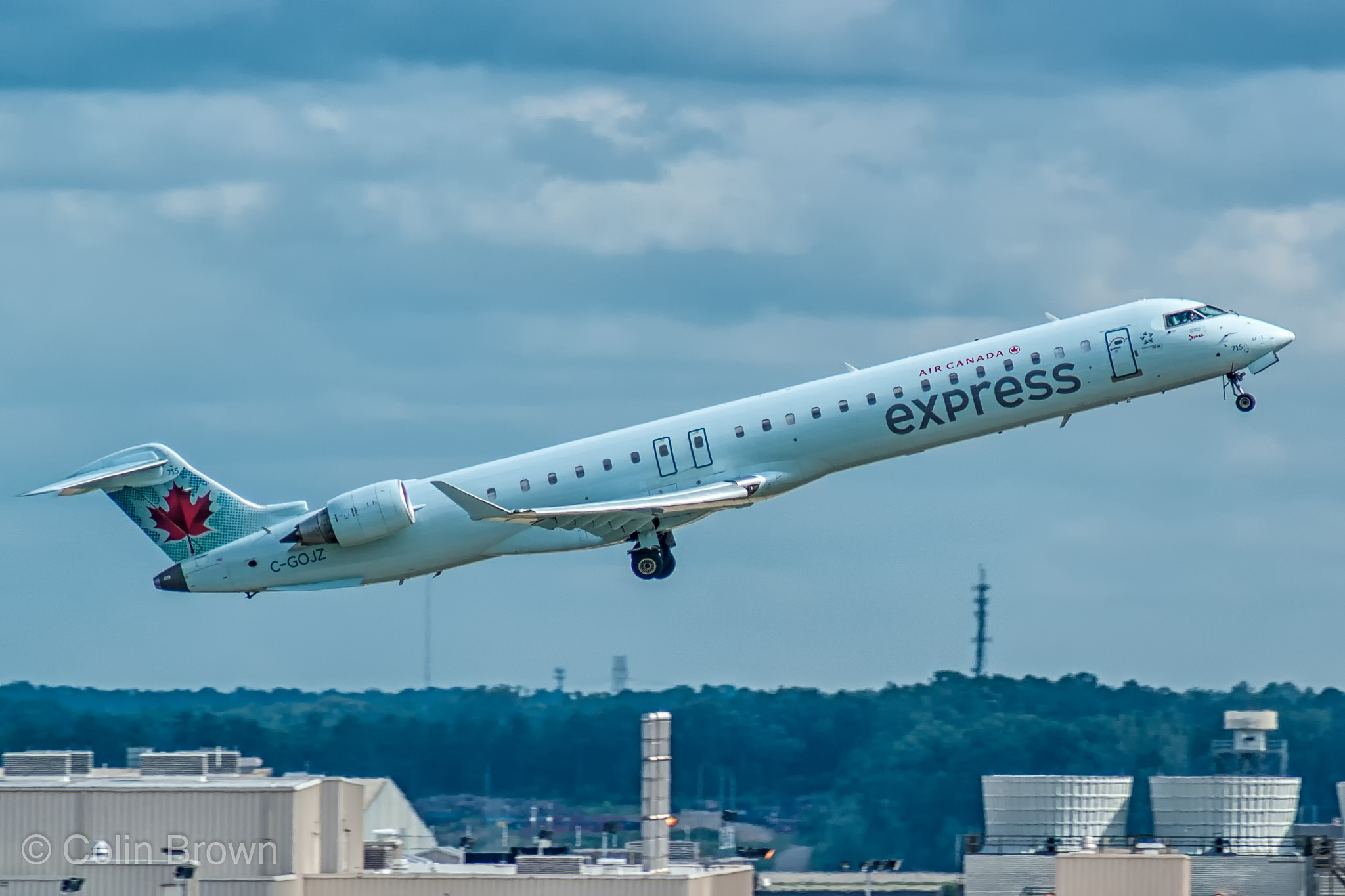 C-GOJZ - Bombardier CRJ-705LR - Air Canada Express (Jazz Aviation) par Colin Brown sous (CC BY-ND 2.0) - https://www.flickr.com/photos/colins-airplane-photos/22584083103/ https://creativecommons.org/licenses/by-nd/2.0/