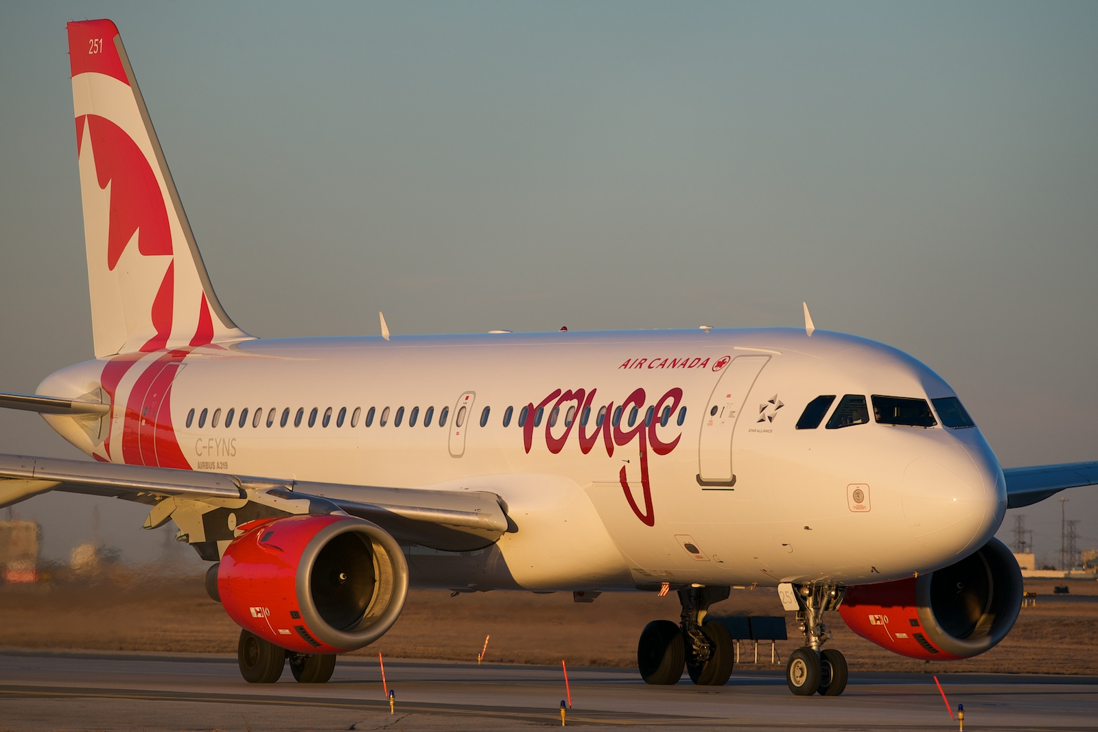 Air Canada rouge A319 C-FYNS par BriYYZ sous (CC BY-SA 2.0) https://www.flickr.com/photos/bribri/13527239384/ https://creativecommons.org/licenses/by-sa/2.0/