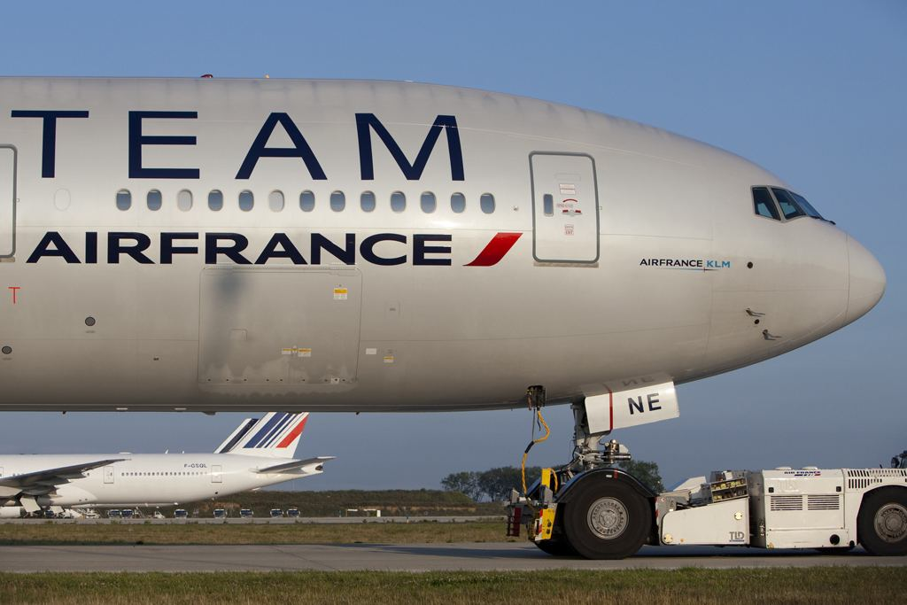 F-GZNE B777-300 Air France Skyteam par Maarten Visser sous (CC BY-SA 2.0) https://www.flickr.com/photos/44939325@N02/4542199375/in/photolist-cdo3RC-6dy13n-6dy18F-aLHwNZ-7VnXCk-8p5zZE-gD1Atc-eiLMo7-7YZppy-gx7mTF-7LXbiS-78xaEo-9qzHAY-9EGGhM-9EKC2N-ajRaH3-ajRaUm-ajRbju-9v1wVU-nBFVgj-nneRM3-nmDQ88-nmDDUA-FvKwSR-nDJxWg-t4ik6b-DUyXVu-s5uEkw-6bb68U-hfxvMz-DHca2D-ebegnp-DfXJRU-aLHxmT-xLsW8d-9opmyn-8FQvww-ajRb8E-b7tTfX-scyV8G-wXU4dC-vEfdgB-hEr1wZ-c5ztHS-9SAMcQ-xhVWM1-vCeJjZ-qXiDso-rP6CGV-wugxPW