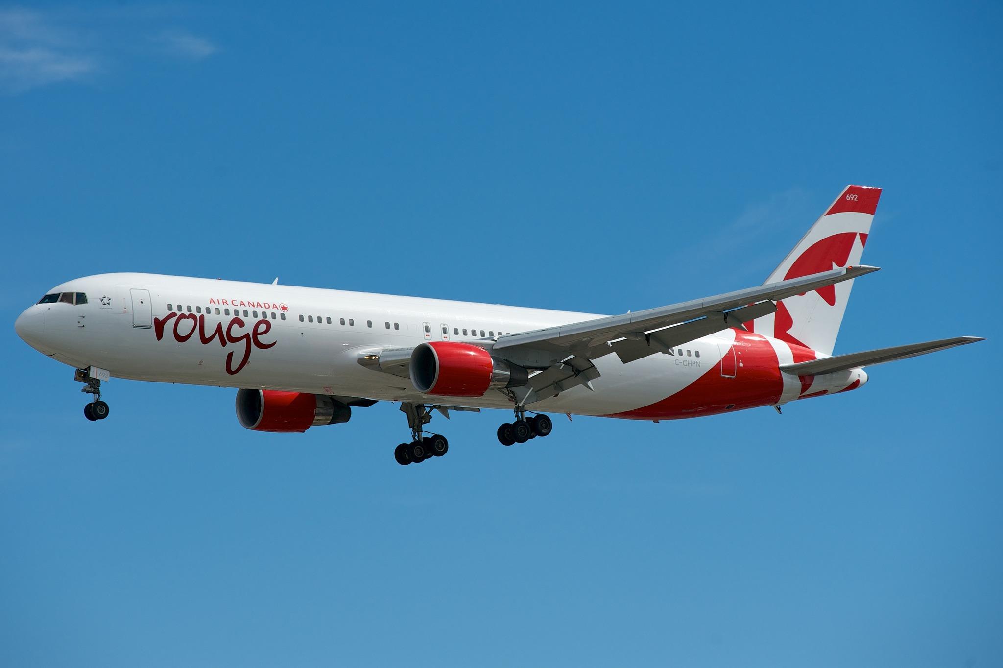Air Canada Rouge Boeing 767-300ER C-GHPN par BriYYZ sous (CC BY-SA 2.0) https://www.flickr.com/photos/bribri/9403122522/